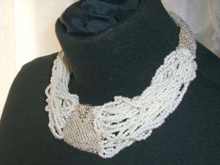 Gargantilla con centro de plata tejido y perlas entrelazadas