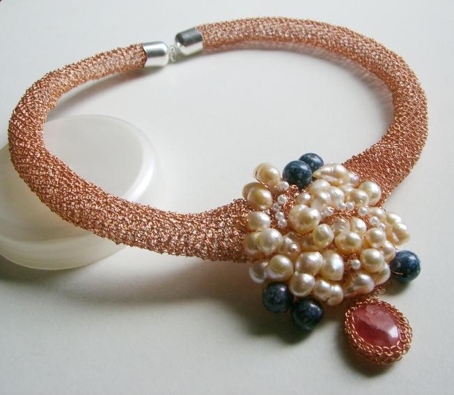 Gargantilla tejida con hilos de cobre con perlas de rio, amatistas y rodocrosita