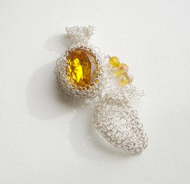 Colgante tejido en hilos de plata con cristal engastado y cristales swarovsky