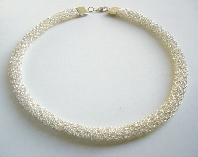 Gargantilla tejida crochet con hilos de plata 999,9 en punto peruano con cierre de plata 950.